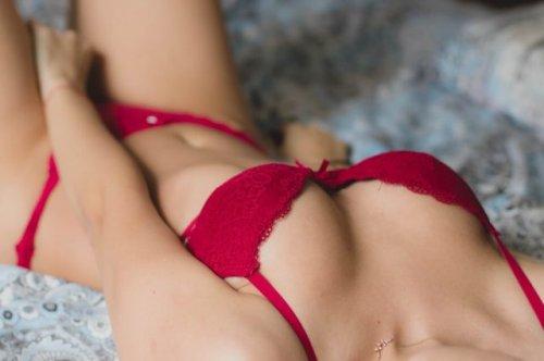 赤い下着で横になる女性
