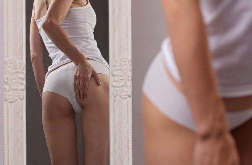 鏡でお尻をチェックする女性
