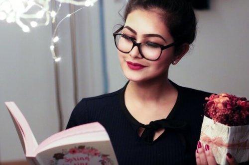 本で調べ物をしている女性