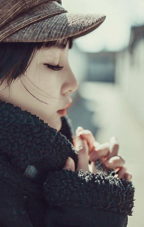 目を瞑る女性の横顔