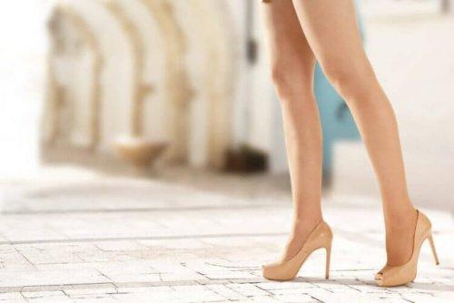 ヒールを履いた女性の脚