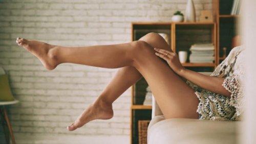 ソファに座って脚を上げている女性