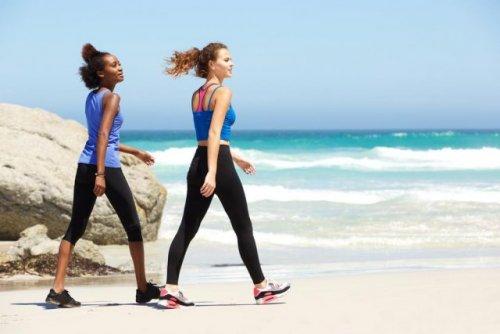 海辺を歩く女性2人