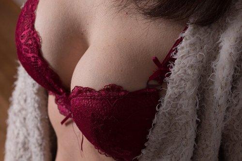 赤いブラを着けている女性