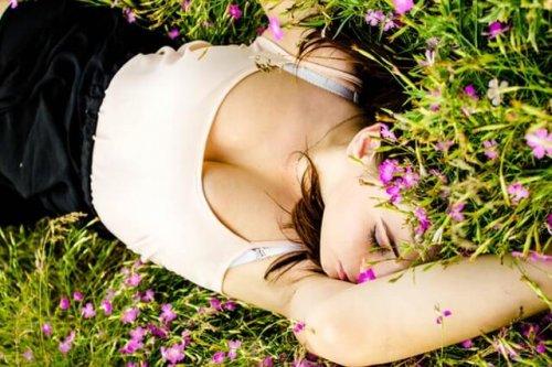 草むらに眠る女性