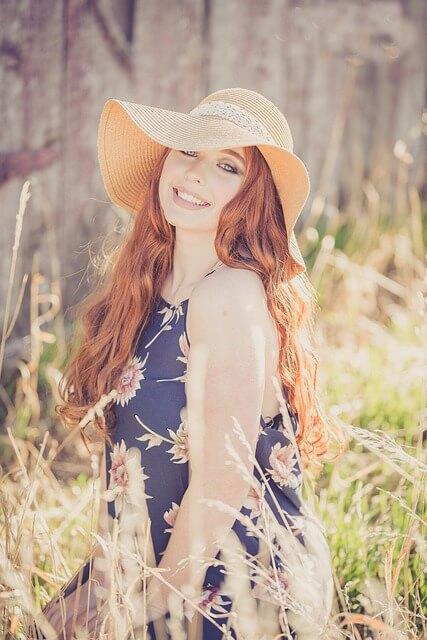 帽子を被ったワンピース姿の女性