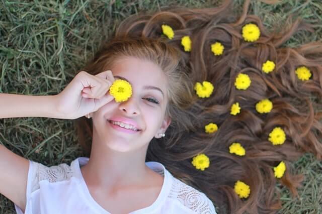 女性と黄色い花