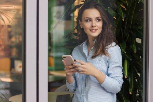スマートフォンを持ってる女性