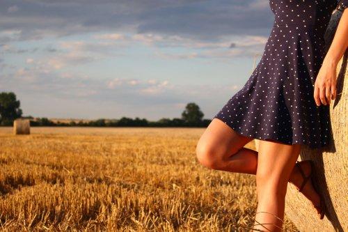草原で足を出している女性