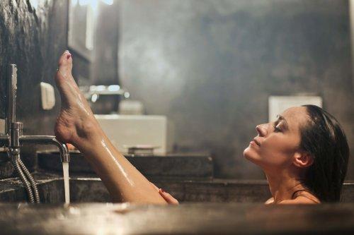 入浴している女性