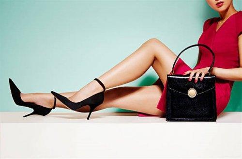 黒い鞄と黒いヒールの女性