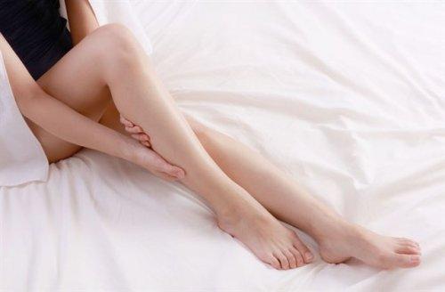 マッサージしている女性の脚