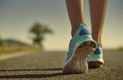 道を歩いている脚