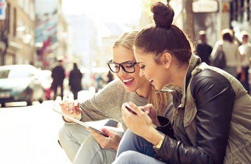 iPadを見ている女性二人