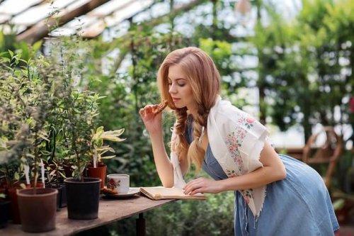 植物に囲まれながら優雅に過ごす女性