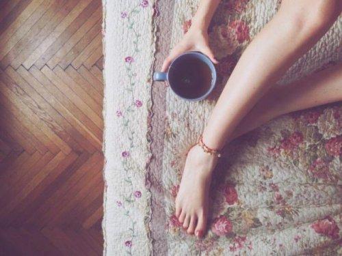 マットと脚とコーヒー