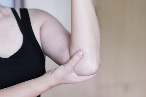 肘を触る人