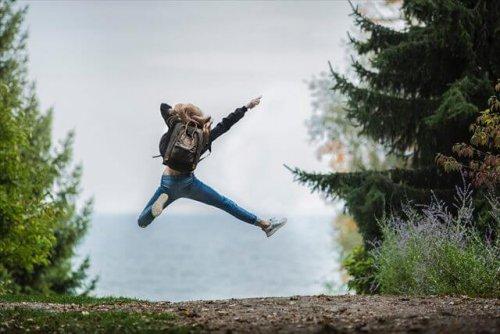 ジャンプしてる女性