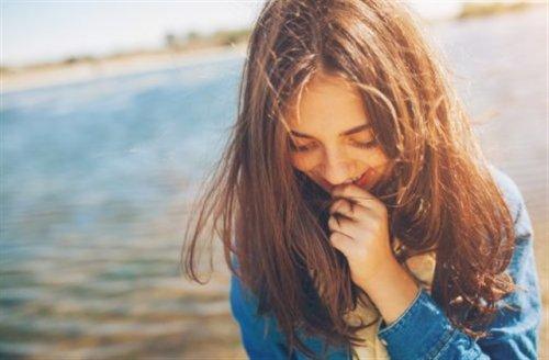 光に照らされる笑顔の女性