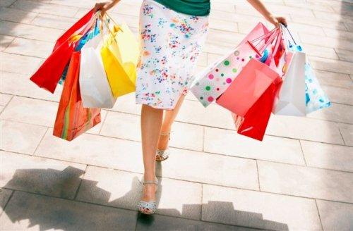 ショッピングバッグをたくさん持っている女性の脚