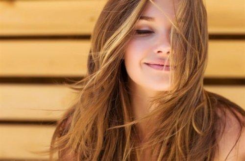 目を閉じて笑顔の女性