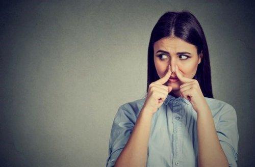 鼻を抑えている女性