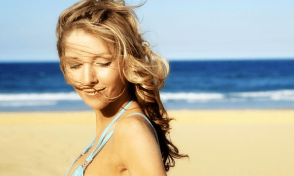 海辺にいる女性