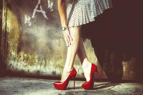 赤いヒールの女性