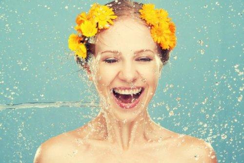 みずみずしい笑顔の女性