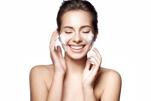 笑顔で洗顔する女性