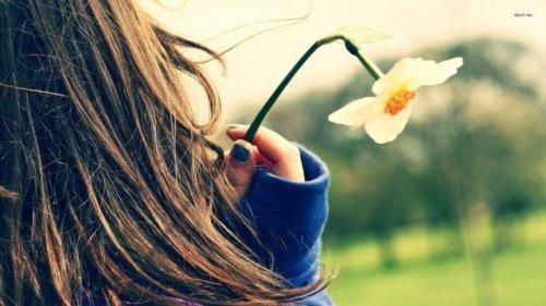 花を持つ女性の後ろ姿