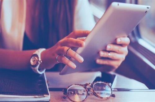 iPadを操作している女性の手