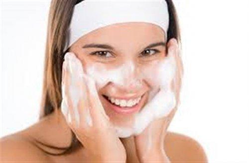 顔に泡をつけている女性