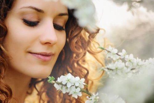 鼻の香りをかぐ女性