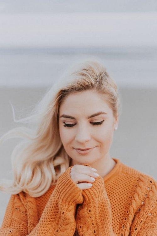 祈るようなポーズの女性