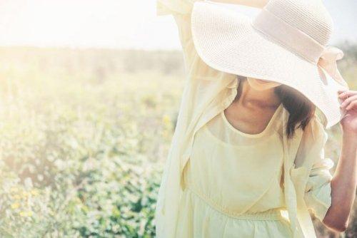 大きい帽子を被った女性