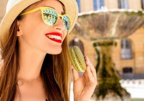 サングラスをかけた笑顔の女性