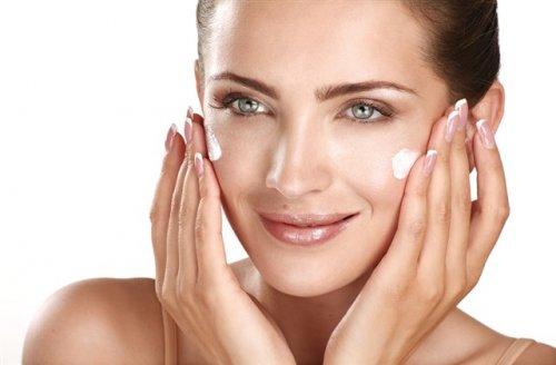 顔にクリームを塗っている女性