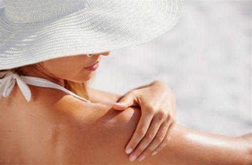 日焼け止めを塗っている女性