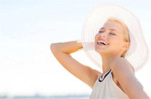 帽子を被っている笑顔の女性