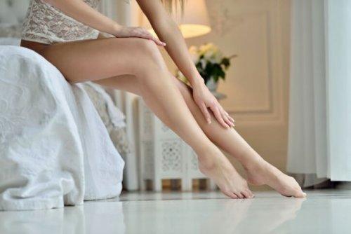 自分の脚を触る女性
