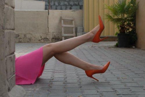 頭隠して脚隠さずな女性
