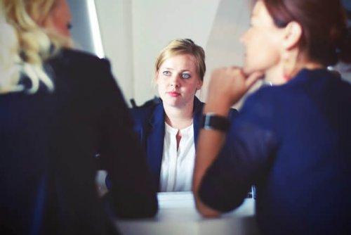 話し合う女性