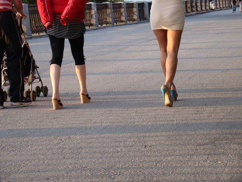 歩く女性の脚
