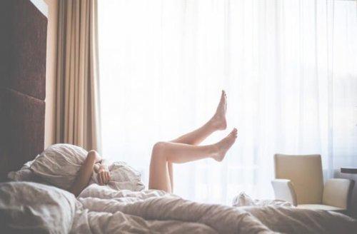 ベッドに寝ている女性の脚