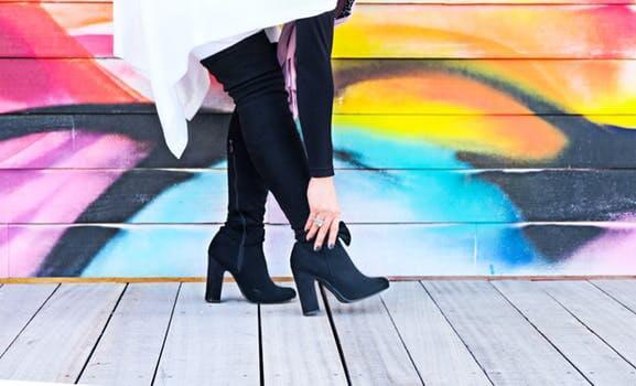 ブーツを履いた女性