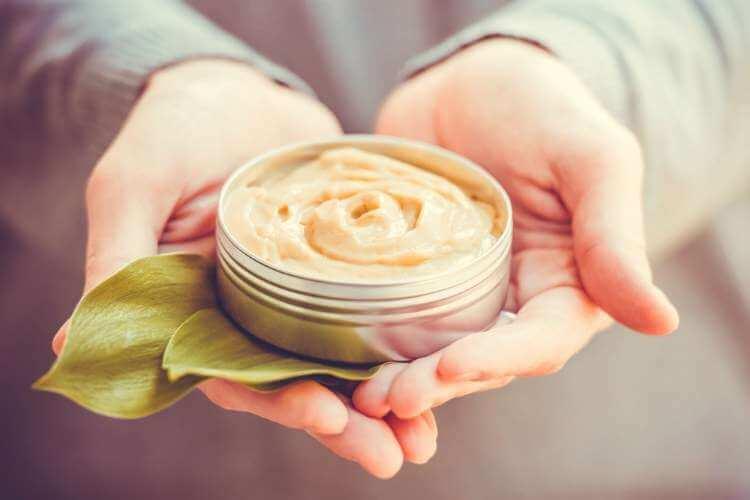 ボディクリームを手に持つ女性