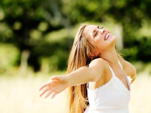 両手を広げて笑顔の女性