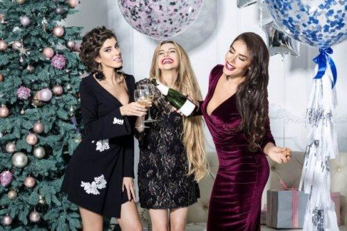 パーティーを楽しむ外人女性