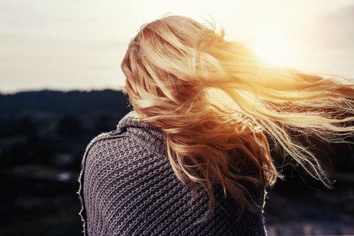 夕日に照らされる女性の髪
